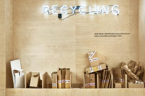 Customers can leave parcel packaging to be recycled / Riikka Kantinkoski