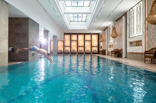 The development features year-round indoor and outdoor swimming pools, 'experience showers', tepidarium, a large whirlpool, Finnish infrared sauna and steam room
