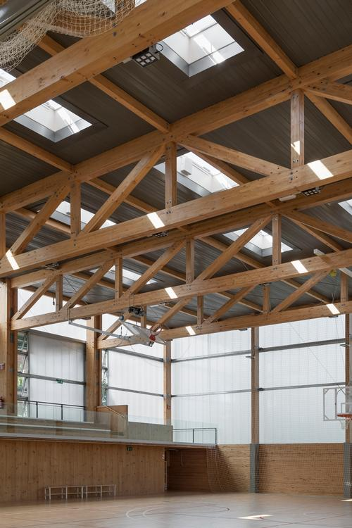 Larges expanses of glazing and translucent panelling allow natural light into the building / Enric Duch