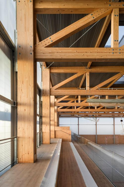 The building houses a sports court on its upper floor / Enric Duch