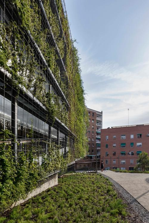 The exterior greenery is grown by a hydroponic planting system / Enric Duch