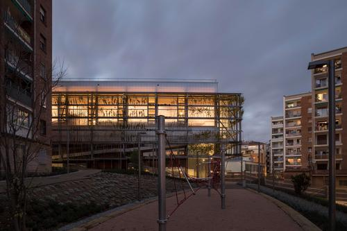 At night, the centre is illuminated through its translucent panelling / Enric Duch