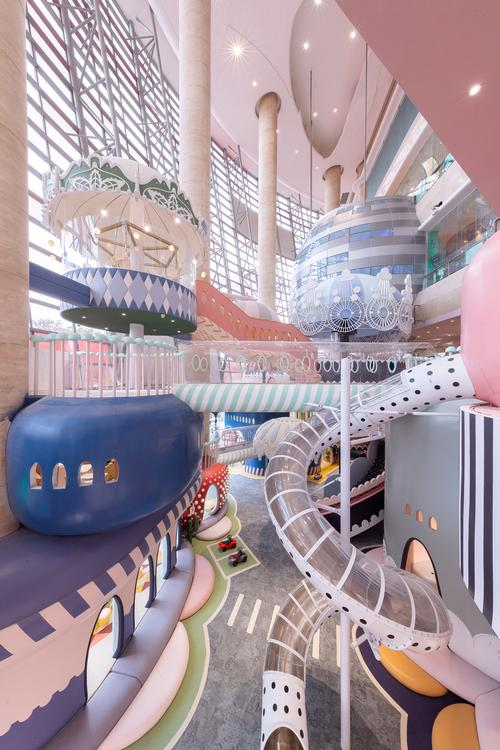 Located partly in the multi-level atrium of a Shenzhen mall, the play space is able to make use of different levels itself / Shao Feng