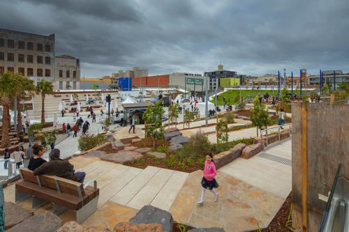 Along each side of the plaza are parklets offering different environments for different purposes / John Gollings