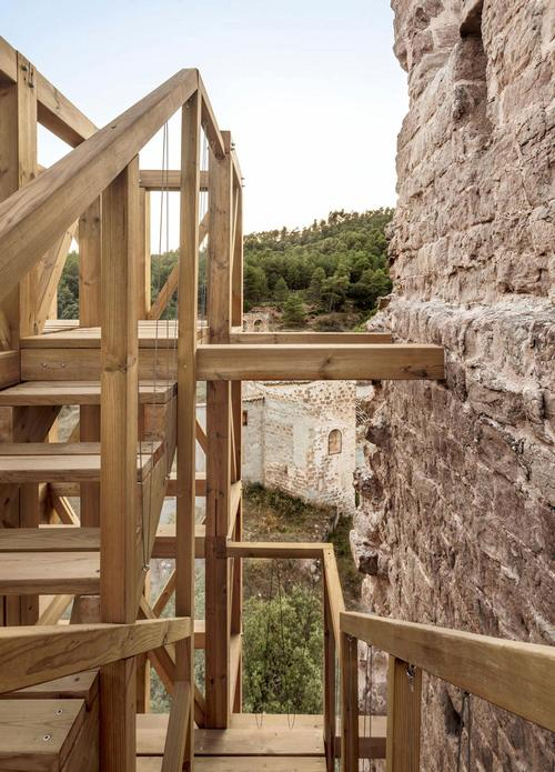 The staircase also makes it possible for visitors to view the remaining portion of the tower right the way up to the top / Carles Enrich Studio
