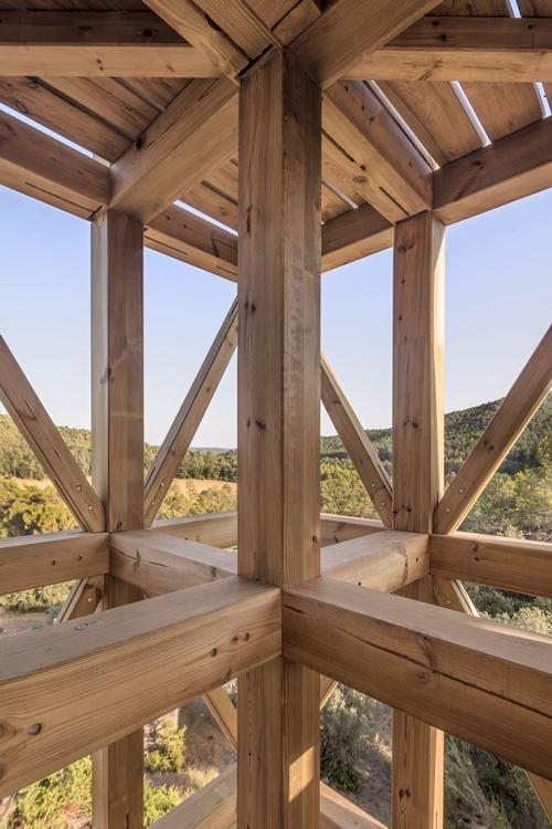 The frame is constructed using 14cm (6in) thick pieces of timber / Carles Enrich Studio