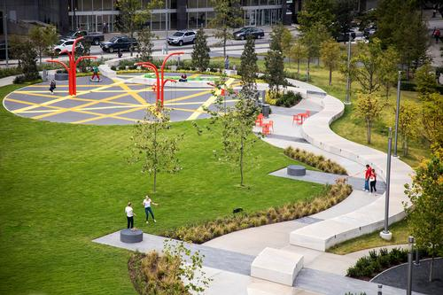 The park features a patch of oak trees, flexible space for programming, a children's play area and wall seating / Bill Tatham
