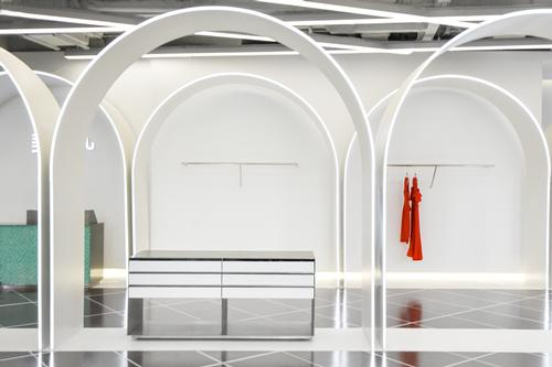 The shop and the café are joined by an runway that is flanked by arched display units / Marcella Campa