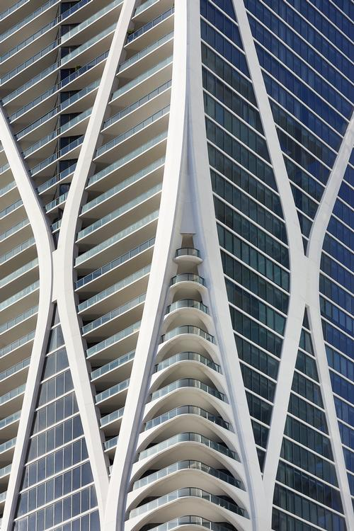 The exoskeleton's curvature creates slightly different plans on each floor / Hufton+Crow