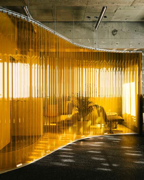 The partition helps to retain the sense of space in the small gym / Toshiyuki Udagawa