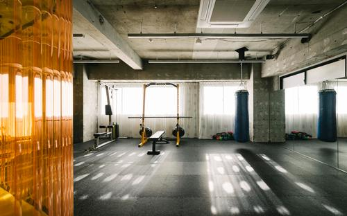 The sparse training area on one side us separated from everyday life on the other / Toshiyuki Udagawa