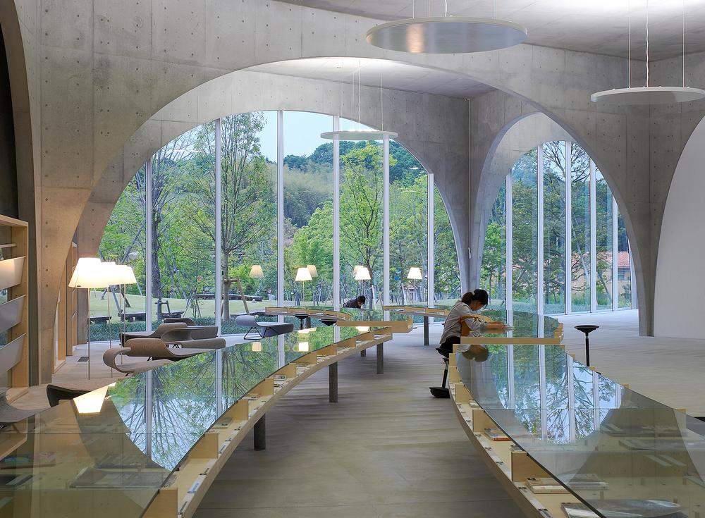 The arches were designed to create the sense that the scenery flows through the library / IshigurO Photographic Institute