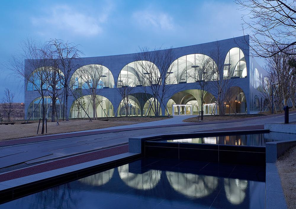 The Tama Art University Library features a series of slender arches / IshigurO Photographic Institute