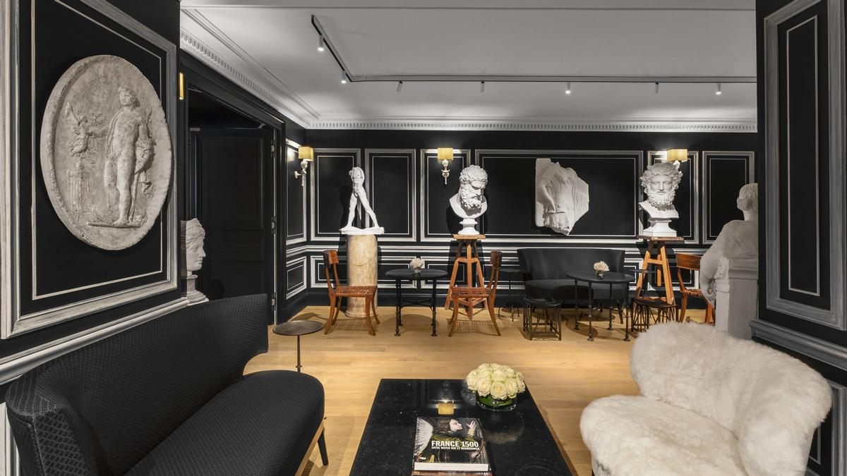 The Sculpture Room features busts, statues, and bas-reliefs which derive from the Louvre's castings workshop. / Courtesy of Marriott International