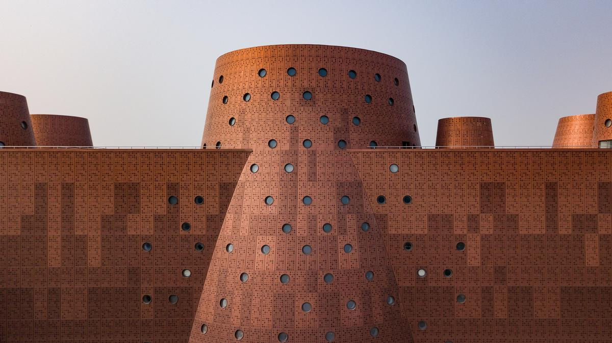 The bronze-coloured building is similar in aspect to Timbuktu's historic mudbrick monuments. / Photo by Kris Provoost