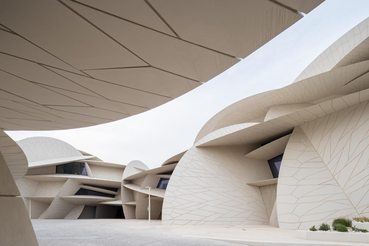 The museum's sand-coloured concrete harmonises with the desert environment. / Image by Iwan Baan
