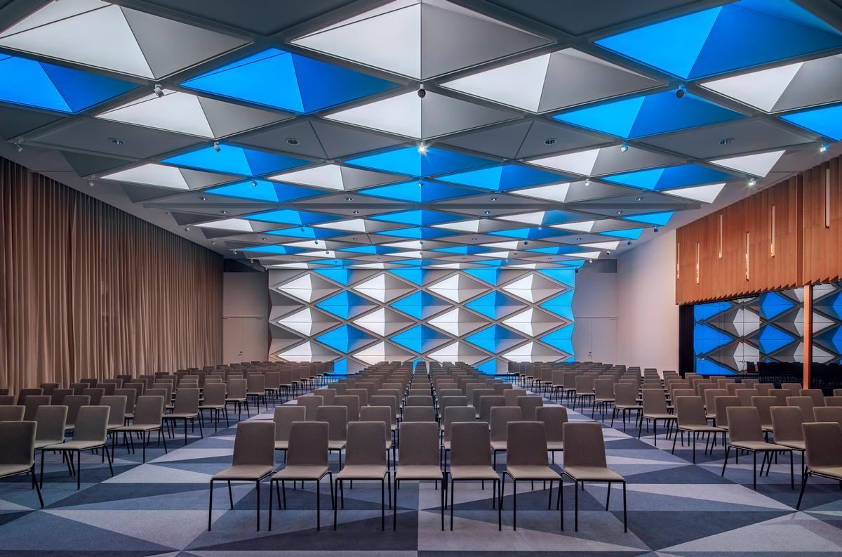 Several rooms and common areas in the Andaz Munich were inspired by the Bavarian flag. / Courtesy of Concrete