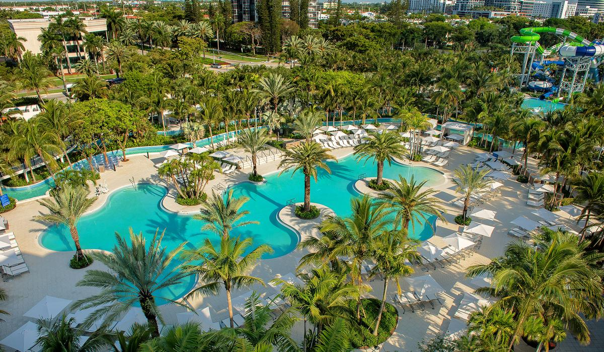 Poolside amenities also include two restaurants and a number of cabanas / Ricardo Mejia