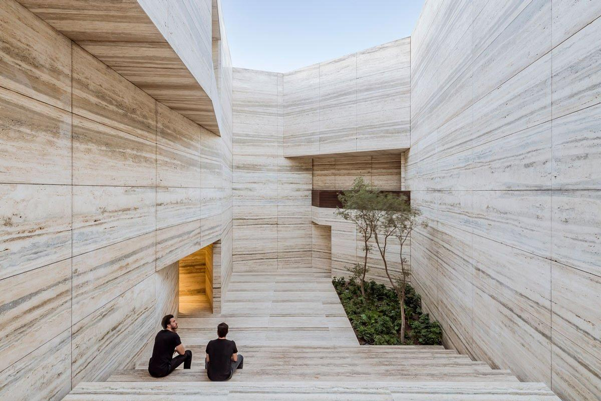 The materials showroom has an exterior which pays homage to Grupo Arca's mastery of stone / César Béjar
