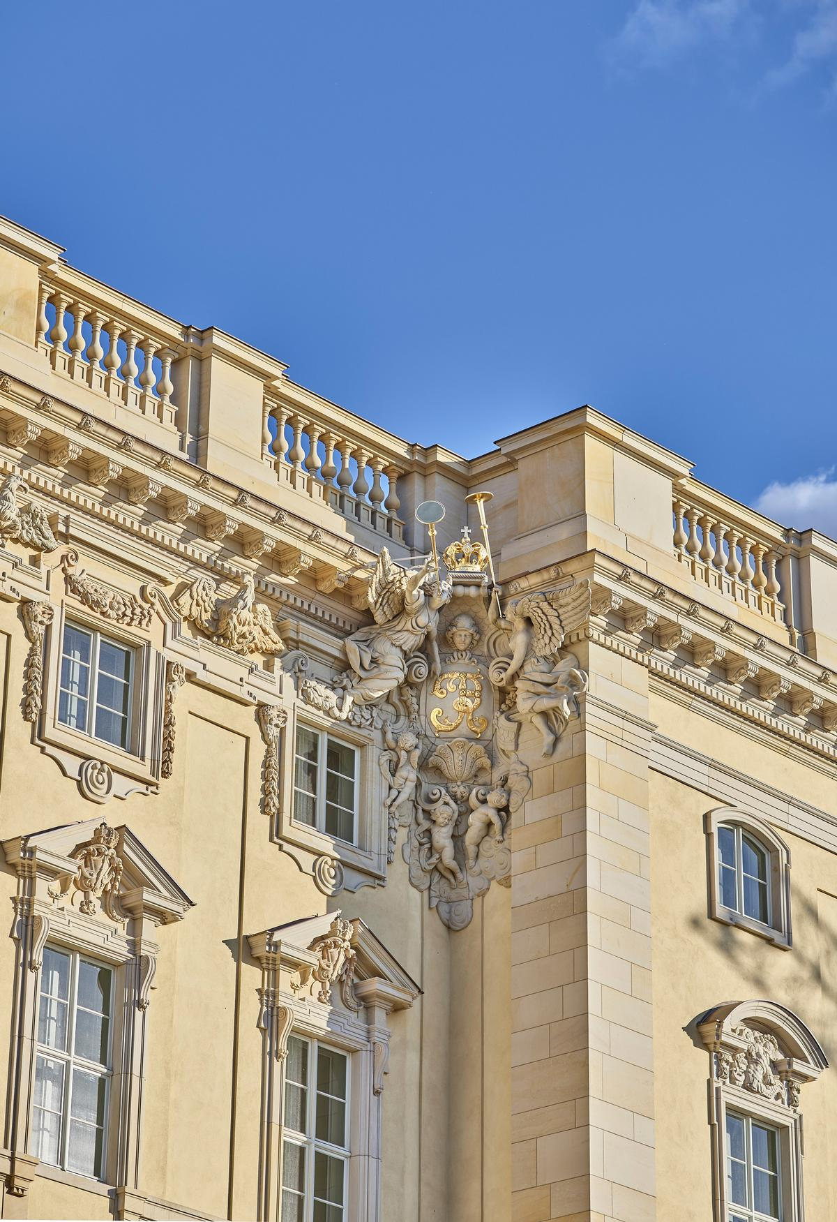 Fine detail on the corner cartouches on the Eosander avant-corps, pictured in May 2019 / SHF / Stephan Falk