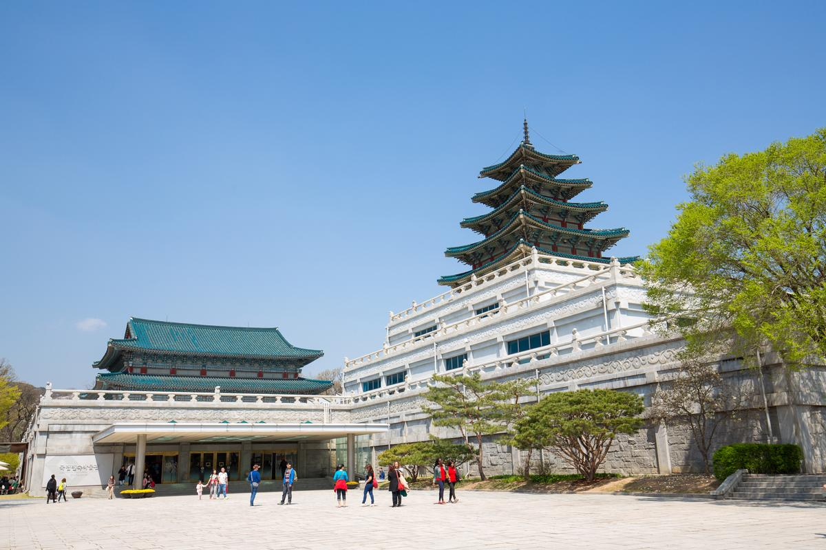 Tourists at the National Folk Museum of Korea: the country wants to build another 140 museums and 46 art galleries in the next five years / Shutterstock