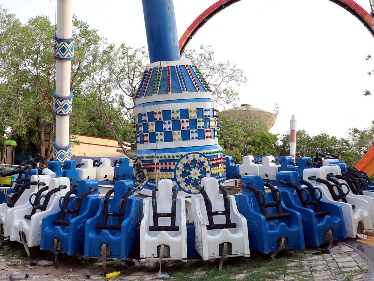 The ride's arm snapped in mid-air