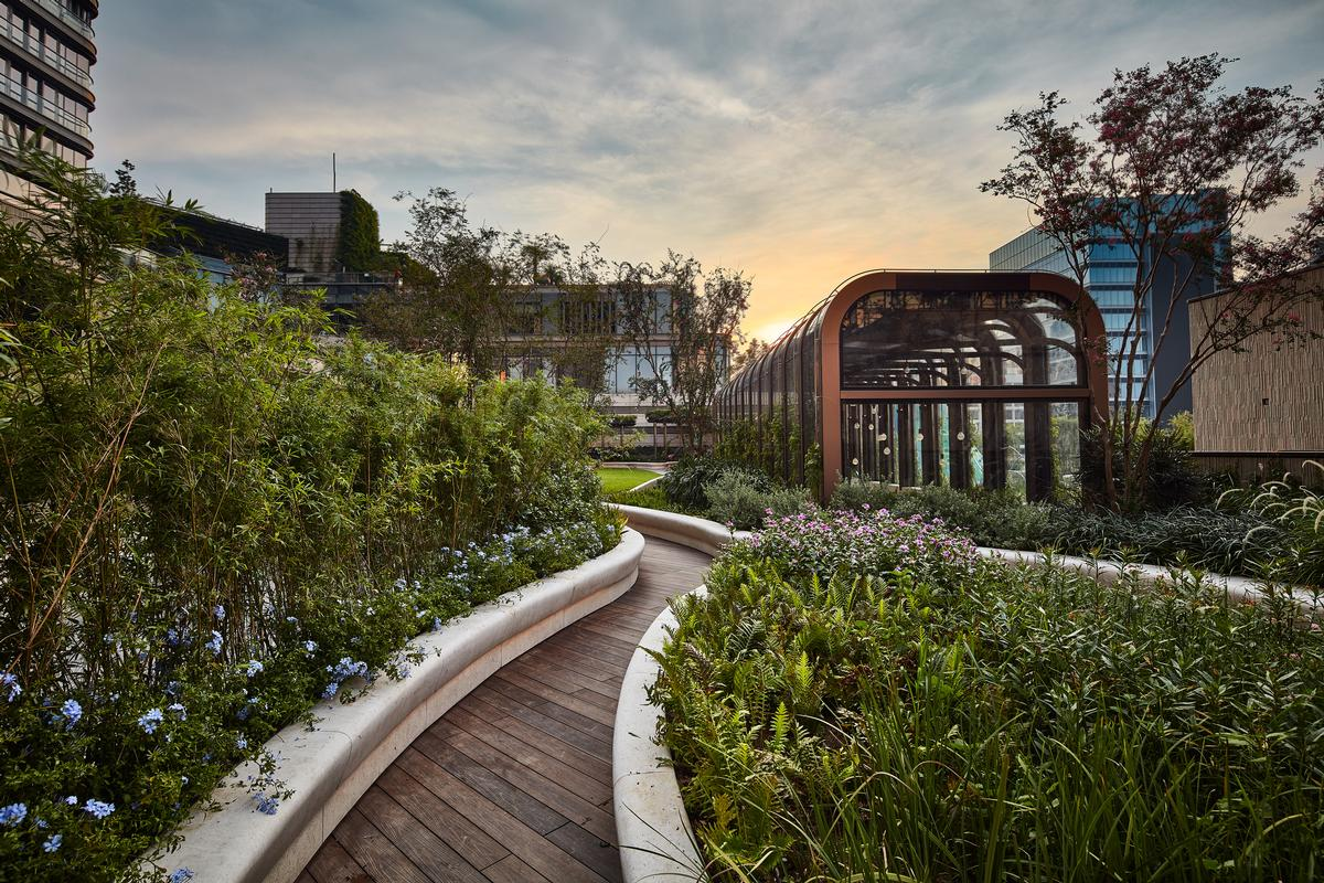 There are pathways that wind through the garden / K11 Musea