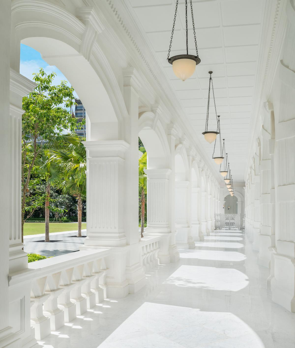The colonnade walkway at Raffles Singapore / Accor
