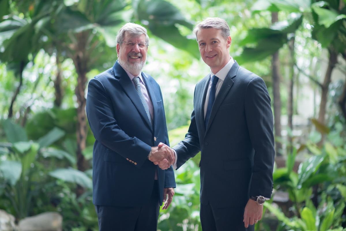 William E Heinecke, chair and founder of Minor International, Anantara's parent company, left, and Verita Healthcare Group founder and CEO Julian Andriesz