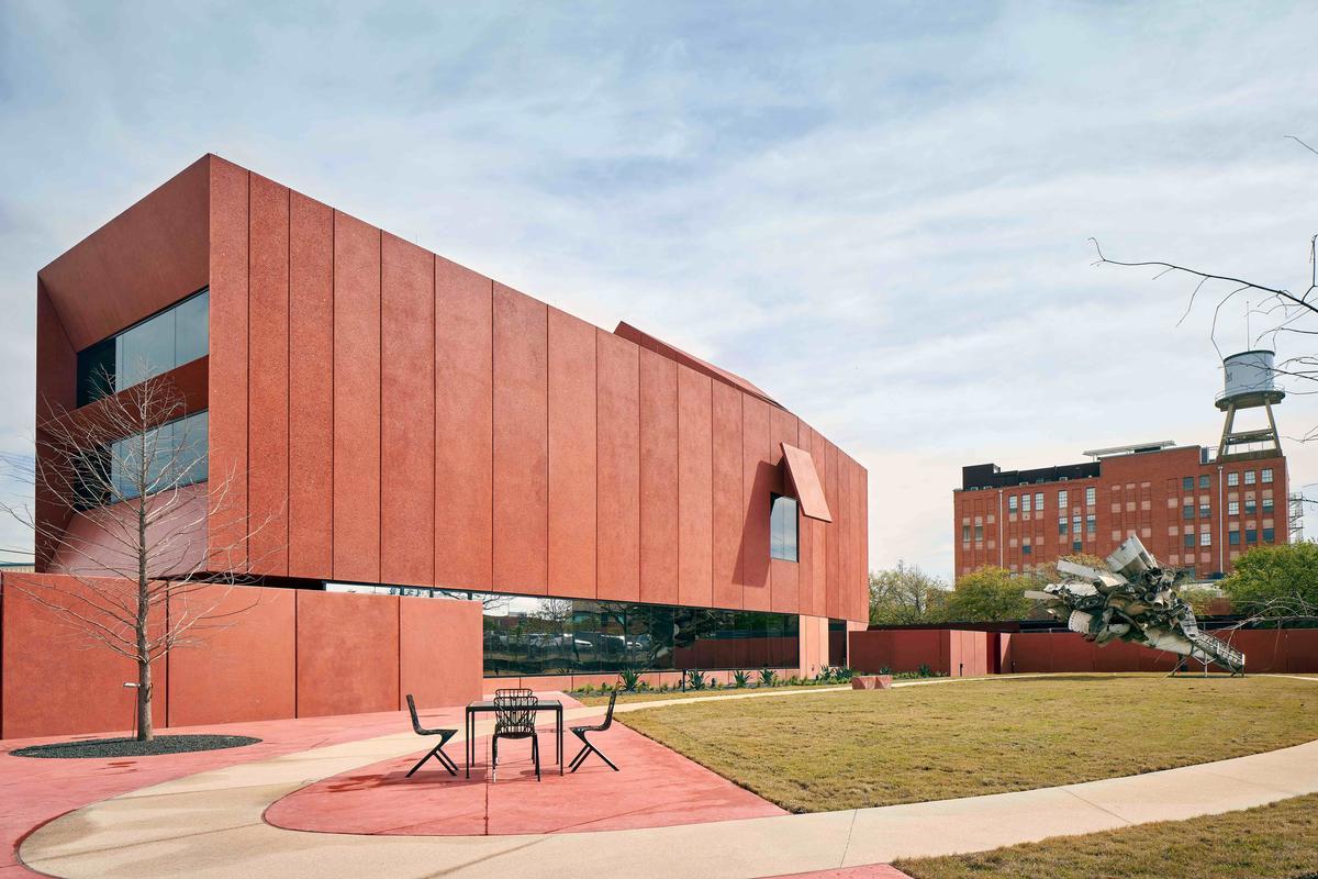 The buildings exterior skin is made of precast concrete / Dror Baldinger