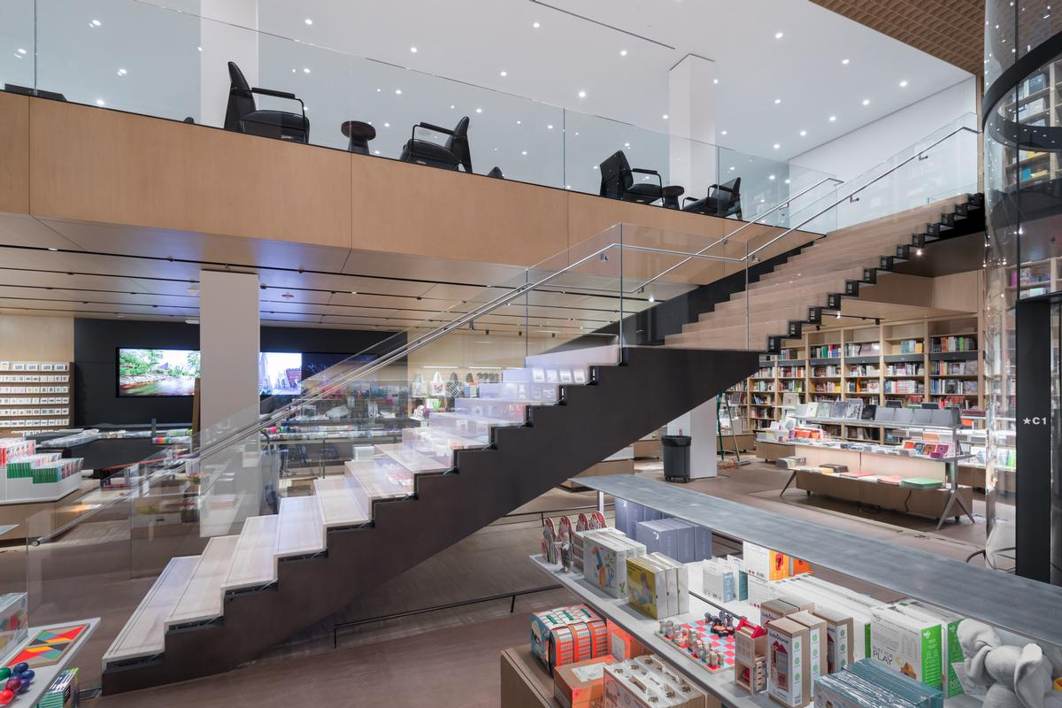 the store has also been split across two levels / Iwan Baan