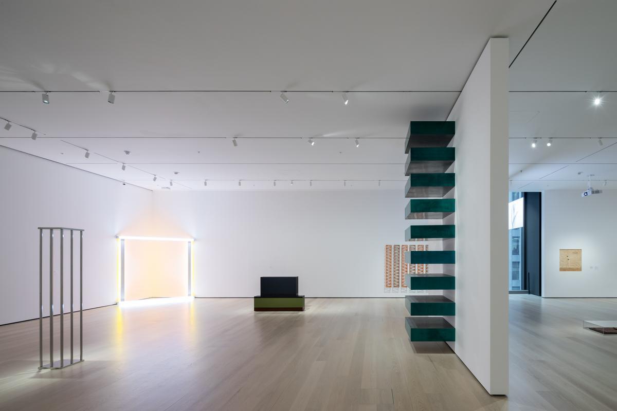 An installation view of David Geffen Wing gallery 413 / Iwan Baan