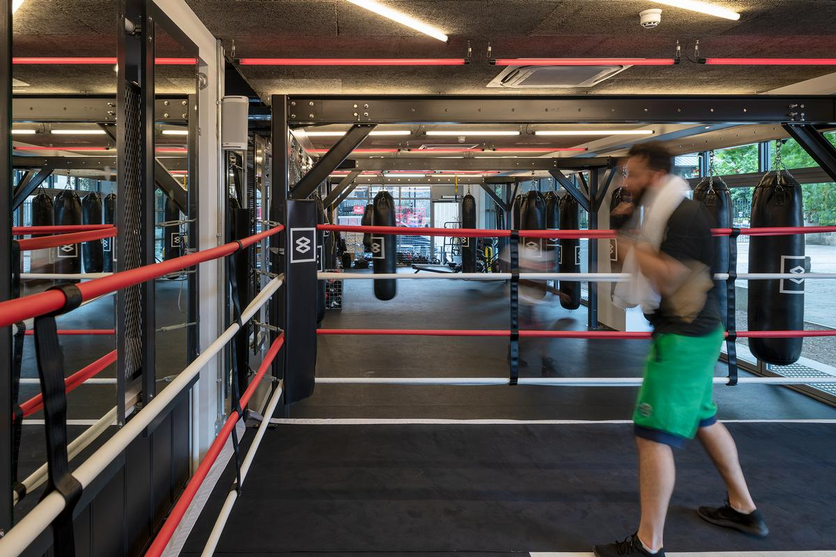 In addition to a ring and equipment for boxing training, there are facilities for HIIT, cardio work and yoga / LXA
