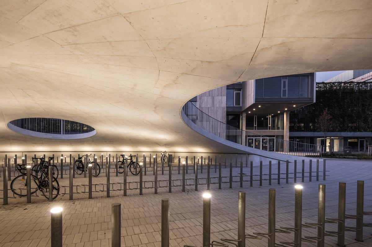 Additional uplighting is set into the bicycle parking facilities / Rasmus Hjortshøj - COAST