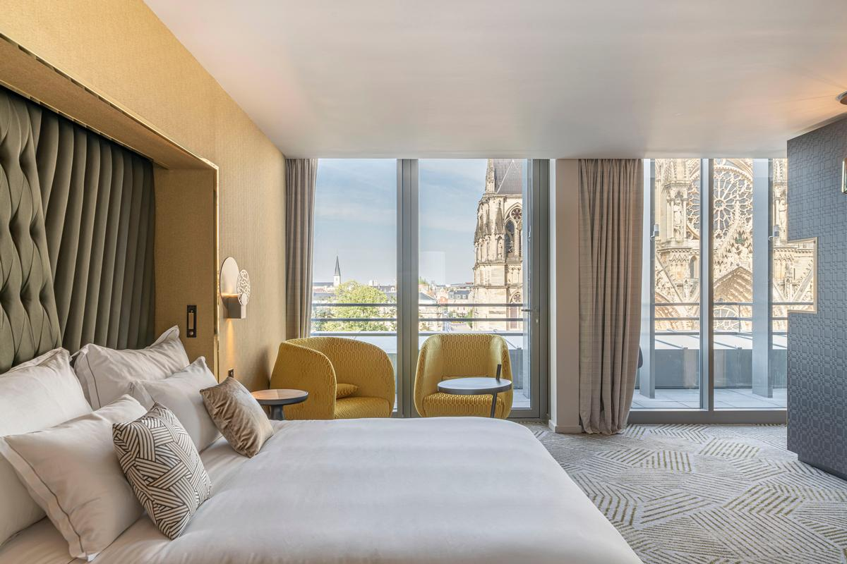 Some of the bedrooms provide views out to the cathedral / Naiim de la Lisière