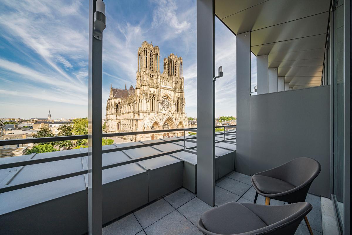 The hotel is located opposite the UNESCO World Heritage site Notre-Dame de Reims Cathedral / Naiim de la Lisière