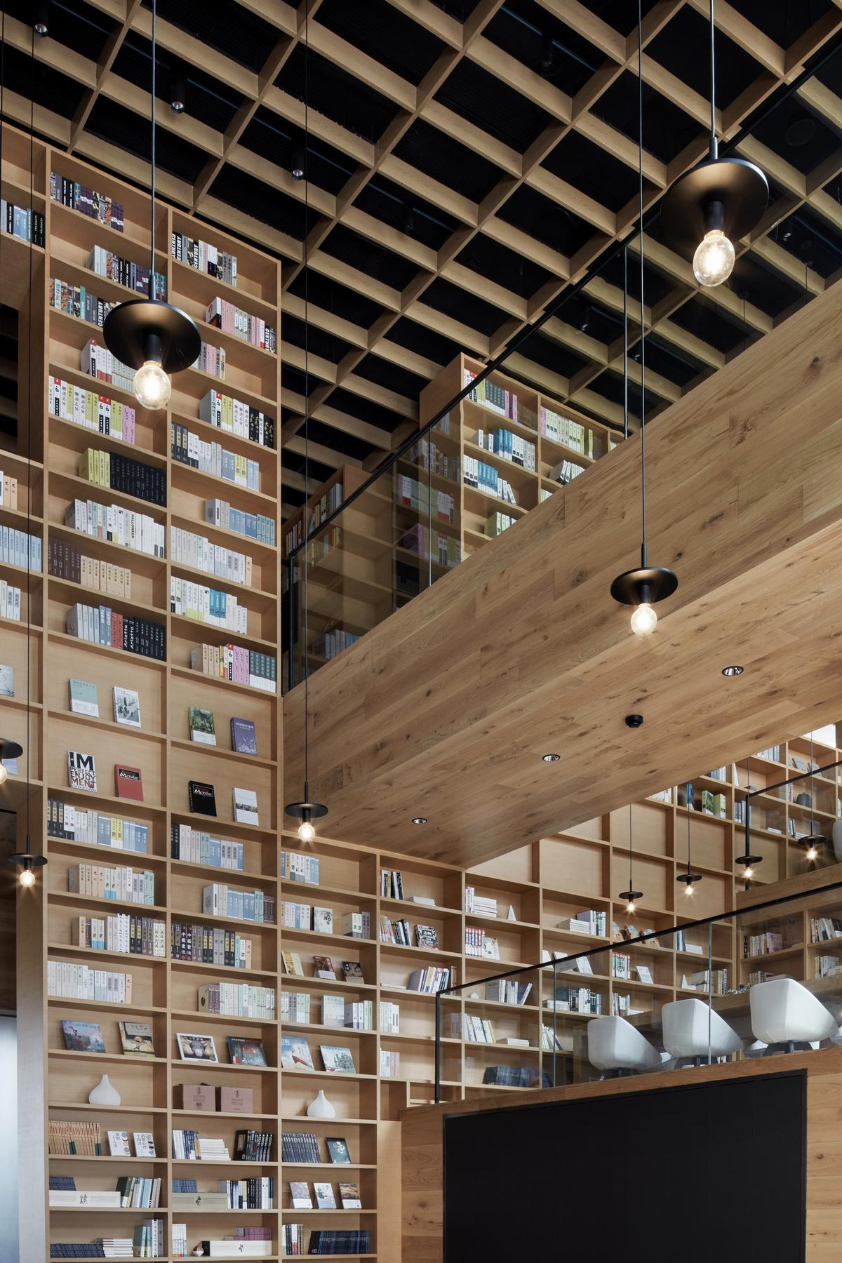 The bookshelf pattern is carried through to the ceiling in the space / Xiangyu Sun