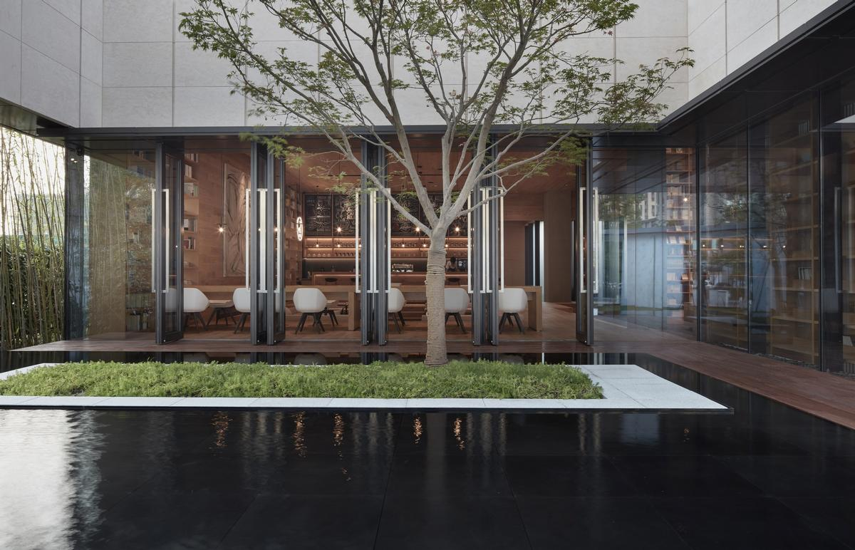 The outside garden is visible from inside, reinforcing the sense of naturality / Xiangyu Sun
