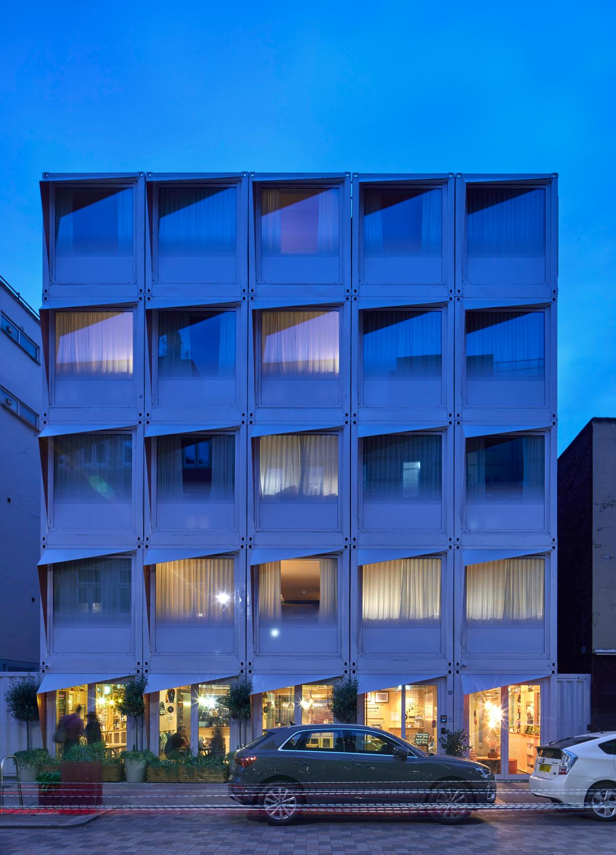 The hotel comprises five levels each made up of five containers / Edmund Sumner