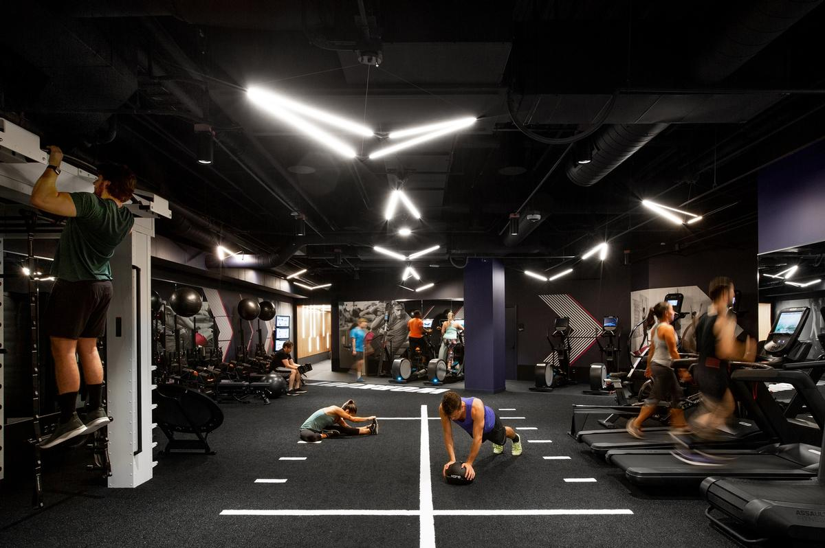 Markings on the floor aid certain exercises / Rafael Soldi
