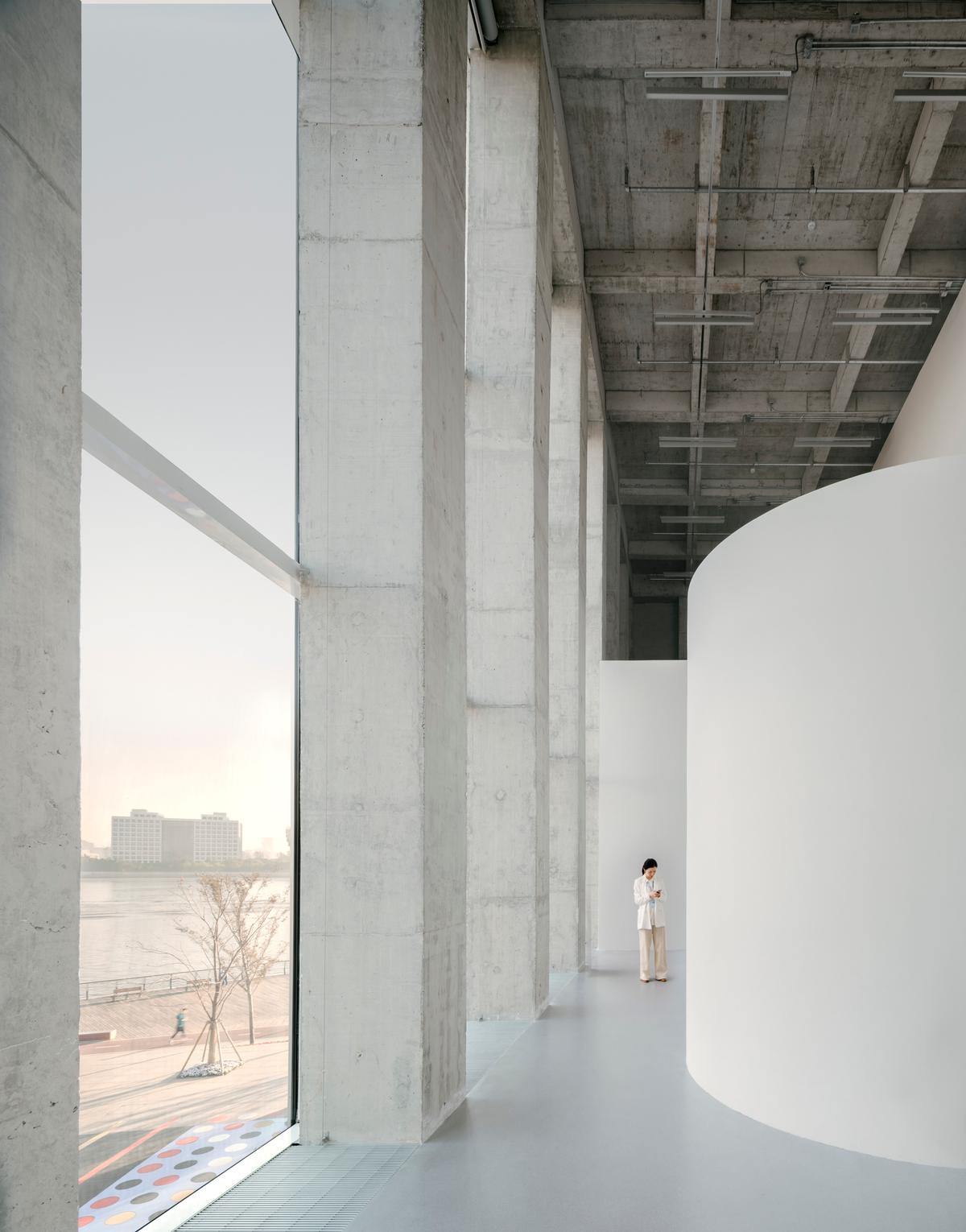 The building is designed to respond to the openness of its site / Simon Menges