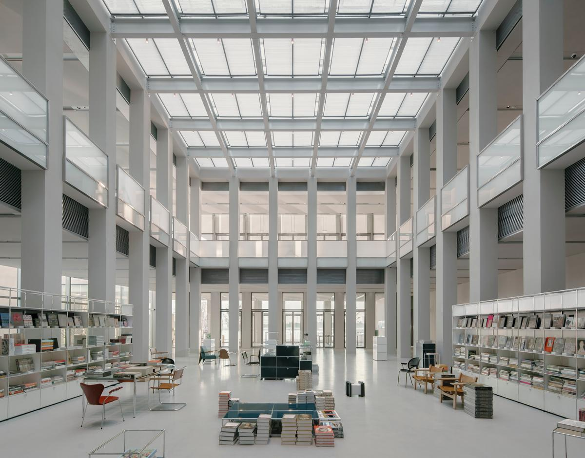 The museum features a café with a rooftop terrace and a bookshop / Simon Menges