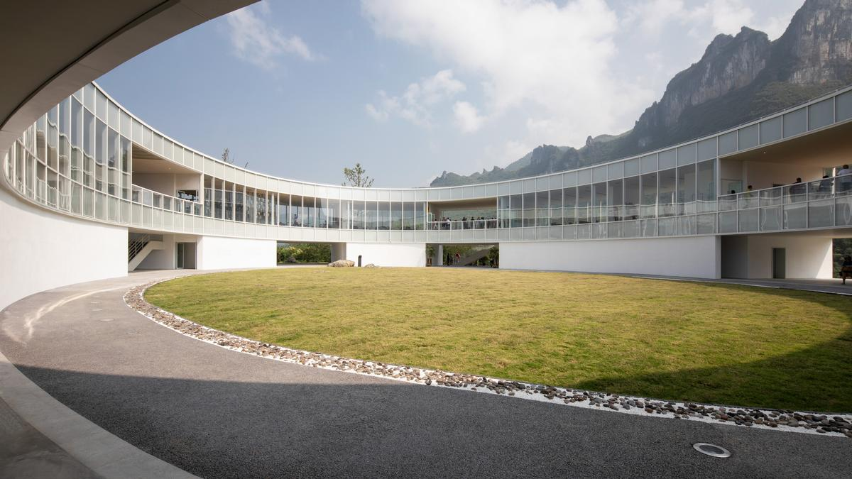 At the centre of the ring is a central outdoor courtyard that can be entered via the gaps in the building / Gao Tianxia