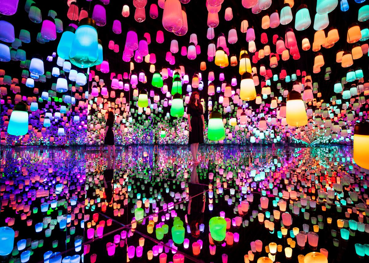 Although seemingly randomly scattered, the lamps are joined by a single connecting line / Exhibition view of teamLab Borderless Shanghai, 2019, Shanghai © teamLab, teamLab is represented by Pace Gallery