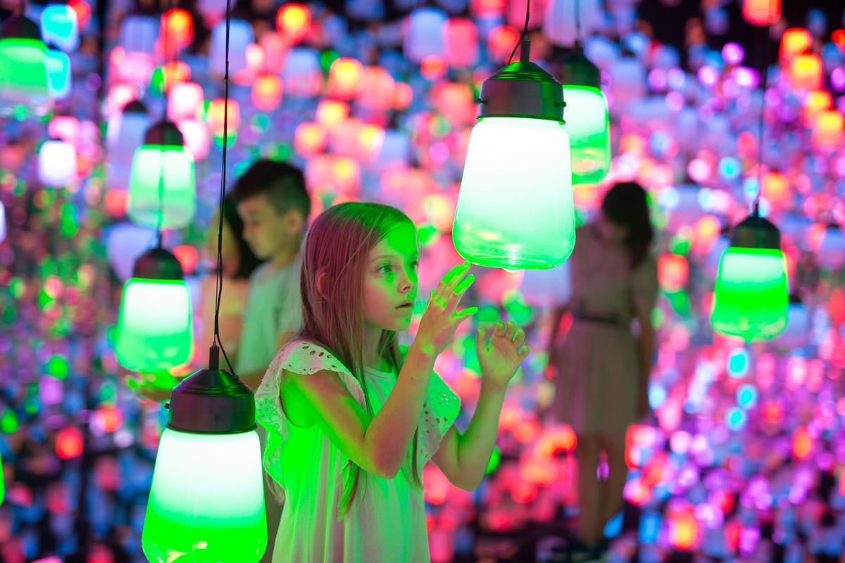 Forest of Resonating Lamps combines physical lamps with a digital connectivity / Exhibition view of teamLab Borderless Shanghai, 2019, Shanghai © teamLab, teamLab is represented by Pace Gallery
