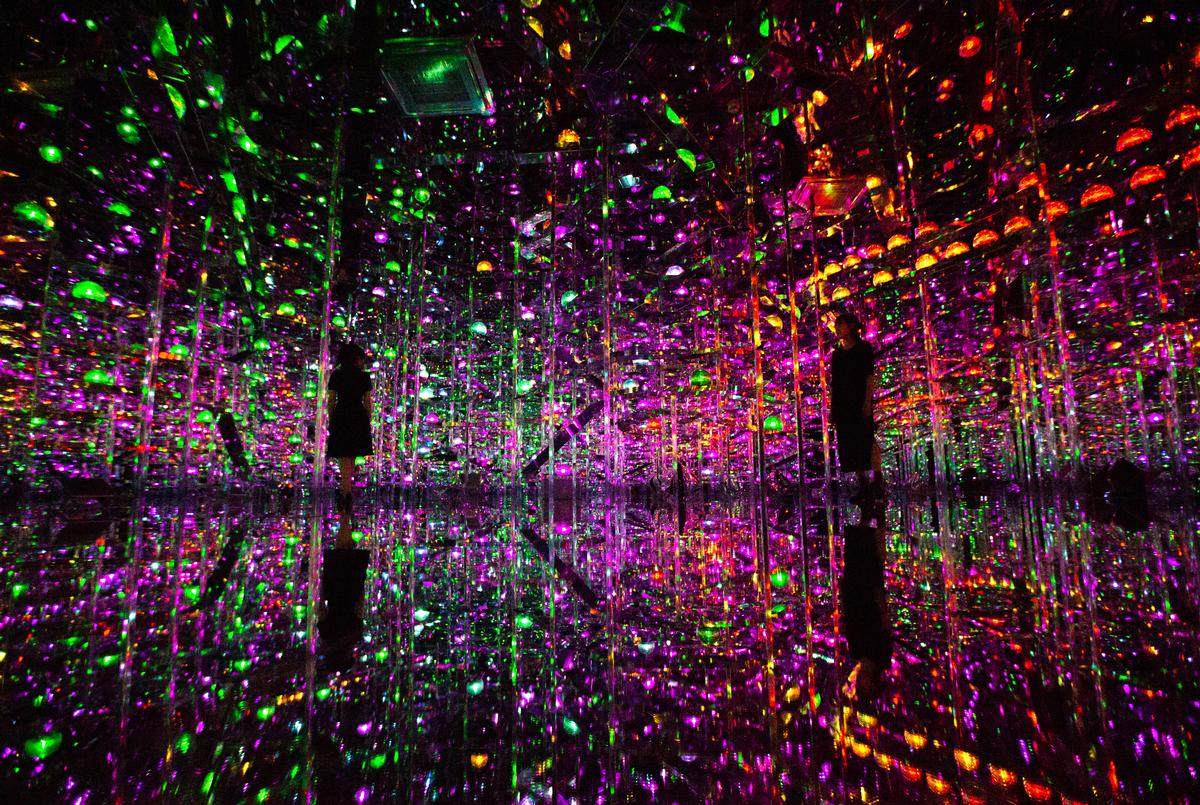Visitors walk through the spaces experiencing the digital artworks around them / Exhibition view of teamLab Borderless Shanghai, 2019, Shanghai © teamLab, teamLab is represented by Pace Gallery