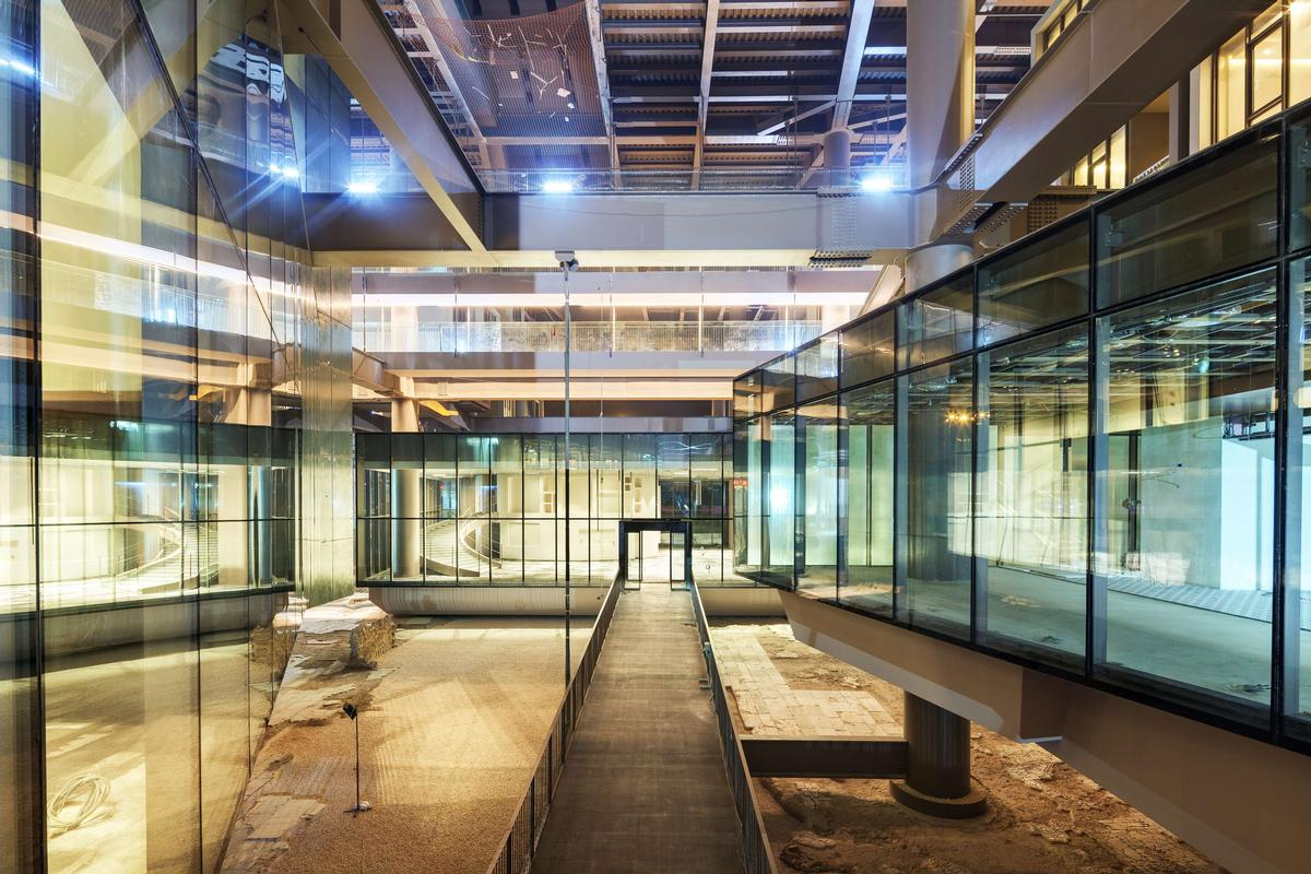 Glass panels and open-air walkways that provide views of the excavation site / Cemal Emden
