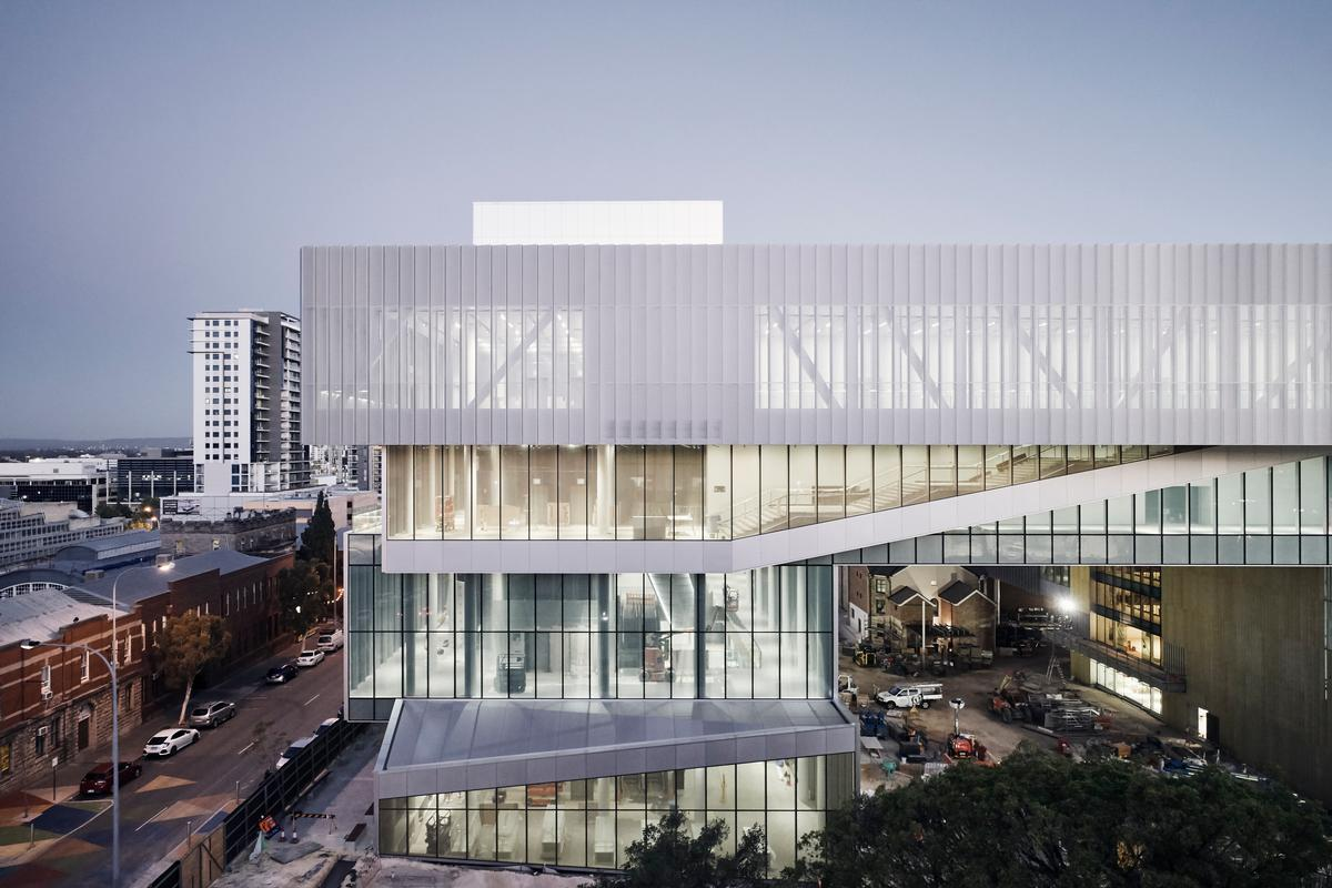 The museum houses eight new galleries, a special exhibitions gallery, multipurpose spaces and learning studios / Peter Bennetts, courtesy of Hassell + OMA