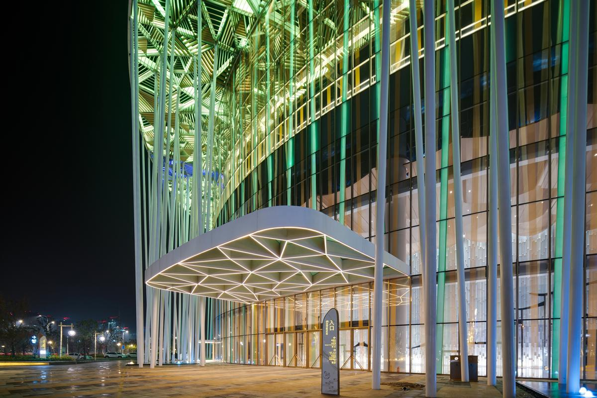 When the theatre is illuminated at night, there is an interplay between the light and the columns / Steven Chilton Architects