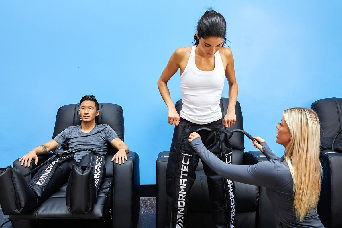 The compression system helps athletes warm up their body pre-workout and recover quickly post-training or competition / UFC Gym/NormaTec